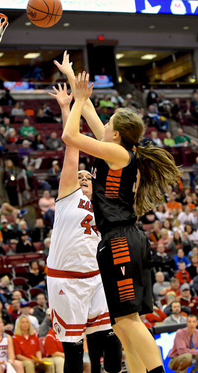 Danielle Winner scores two of her 14 points over the Warriors' Alexa Pennington.